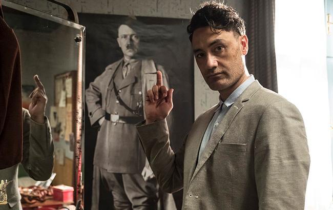 Появилось первое фото режиссера Тайки Вайтити в роли Гитлера