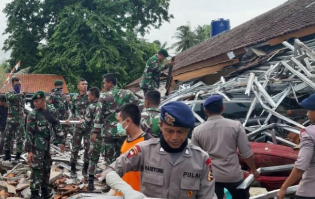 В Індонезії після цунамі шукають людей за допомогою дронів та собак