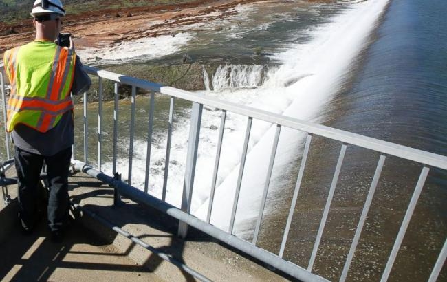 Фото: в Калифорнии объявили эвакуацию из-за возможности потопа