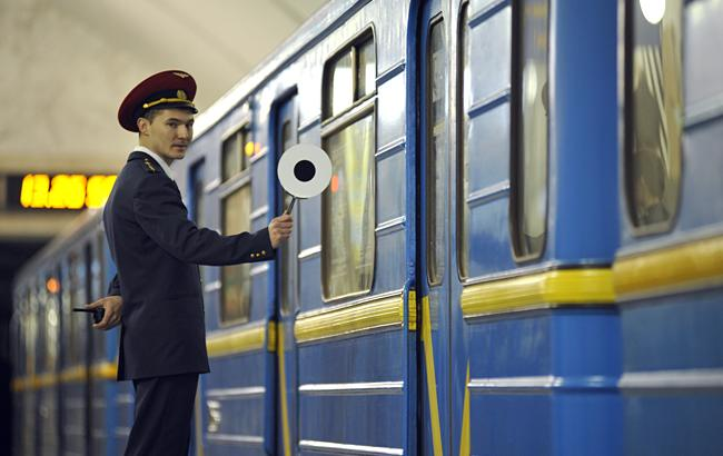 Фото: на 3 станціях столичного метро встановили банківські термінали для оплати поїздки