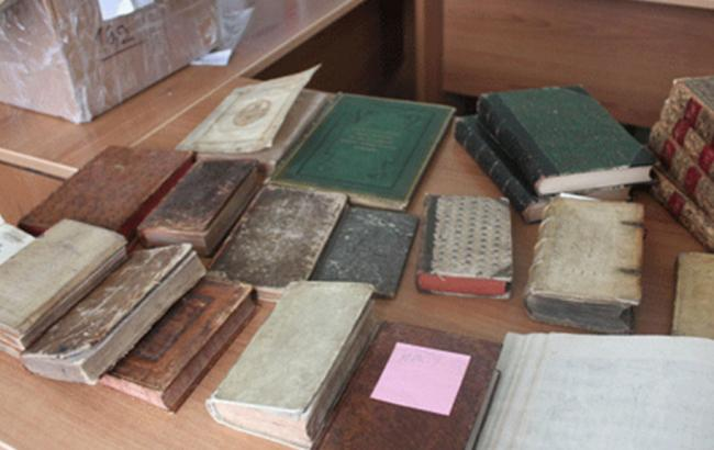 Фото: прикордонники припинили спробу вивезення книг