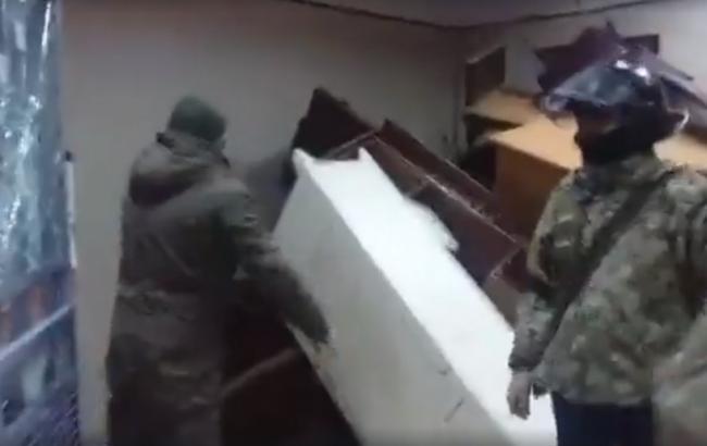 «С*ука, застрелись!»— украинский народный депутат набросился наконвоиров всуде столицы Украины. Шокирующие кадры