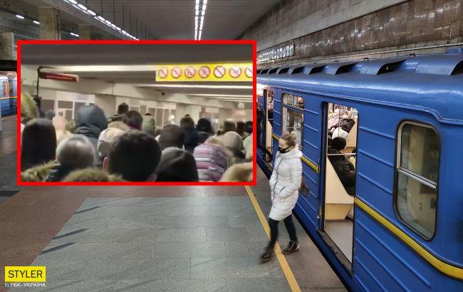 """В метро Киева возникла дикая давка: несколько станций метро стали в """"пробках"""""""