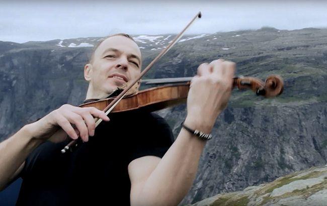 Український скрипаль заграв на всесвітньо відомій скелі над прірвою: вражаюче відео