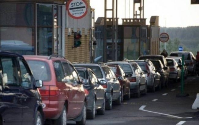 Фото: сотни автомобилей стоят на границе с Польшей