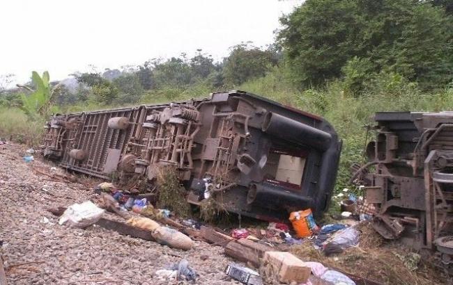 Фото: у Камеруні потяг зійшов з рейок