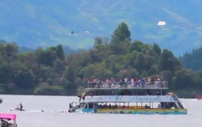 Фото: аварія човна в Колумбії (thesun.co.uk)