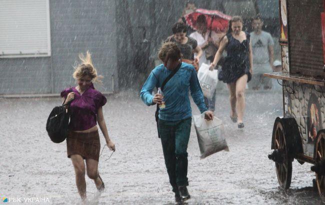 В Киеве прошел мощный ливень с градом: непогода снесла билборд и повредила автомобили (видео)