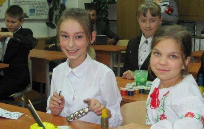 Фото: Луїза Милованова (ліворуч) та однокласники (gazeta.ua)