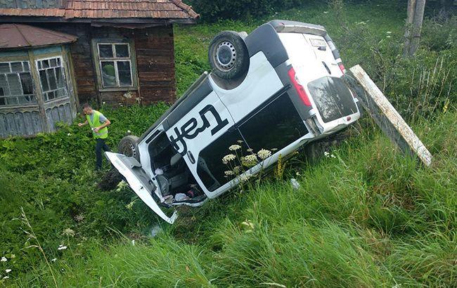 Во Львовской области автомобиль сбил людей на остановке