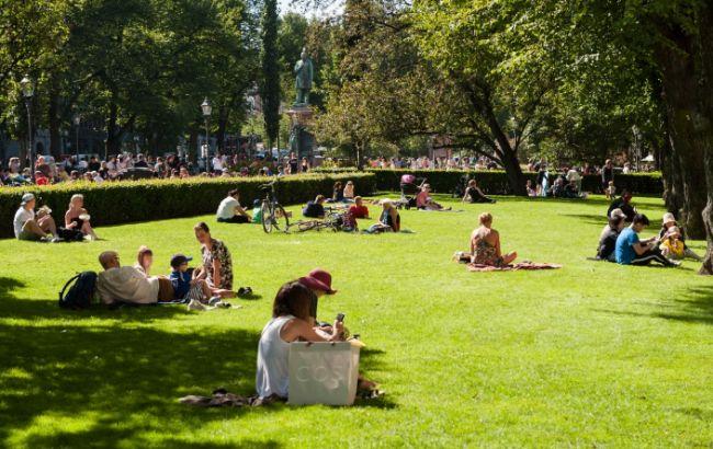 В Швеции в парках разбрасывают куриный помет, чтобы избежать скопления людей