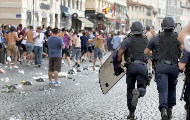 Фото: у Марселі в результаті бійки футбольних вболівальників постраждали люди