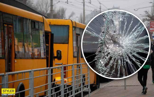 Попросили надеть маски: в Кропивницком неадекваты забросали автобус камнями