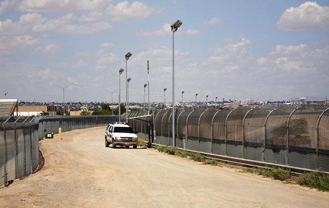Фото: стена между Мексикой и США (wikimedia/Phil Gingrey)