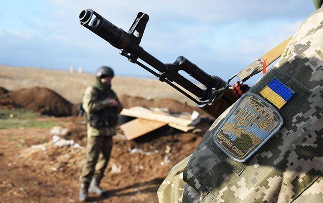 На Донбасі бойовики стріляли із забороненої зброї, один український військовий поранений