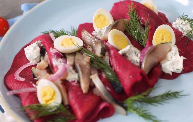 Рецепт рожевих млинців з оселедцем, які точно здивують ваших гостей на Масляну