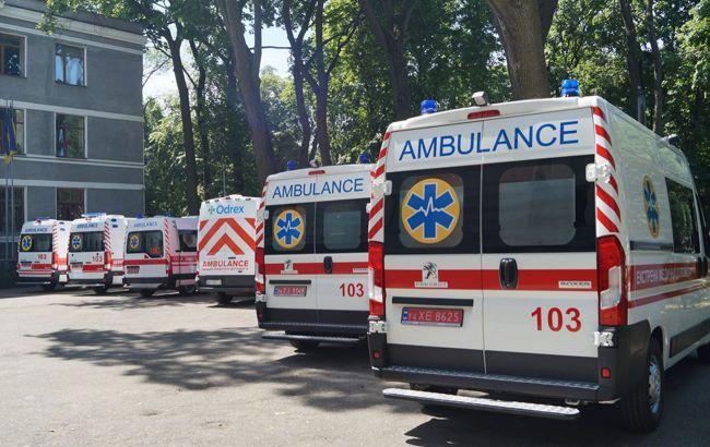 Во Львове трое людей упали с балкона из-за обвала перил