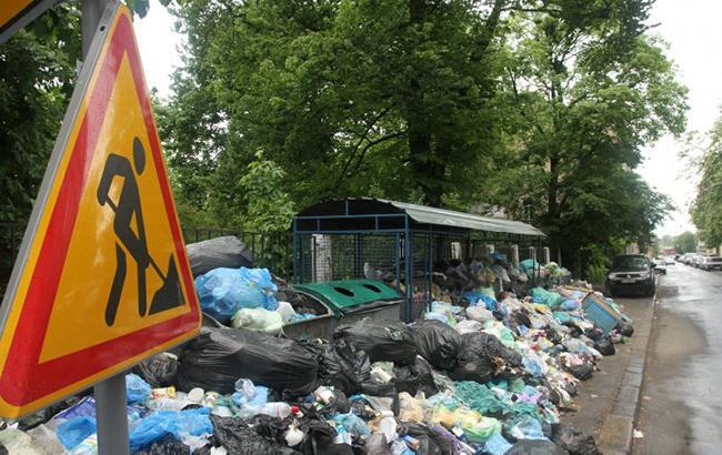 Фото: сміття на вулиці Львова (УНИАН)
