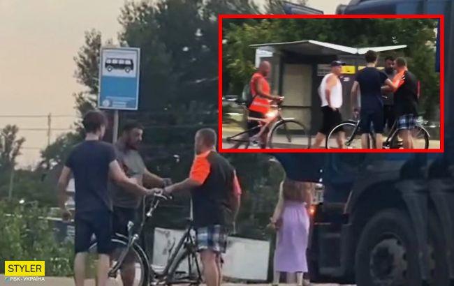 В Киеве велосипедист и водитель фуры не поделили дорогу, устроив эпичную драку (видео)