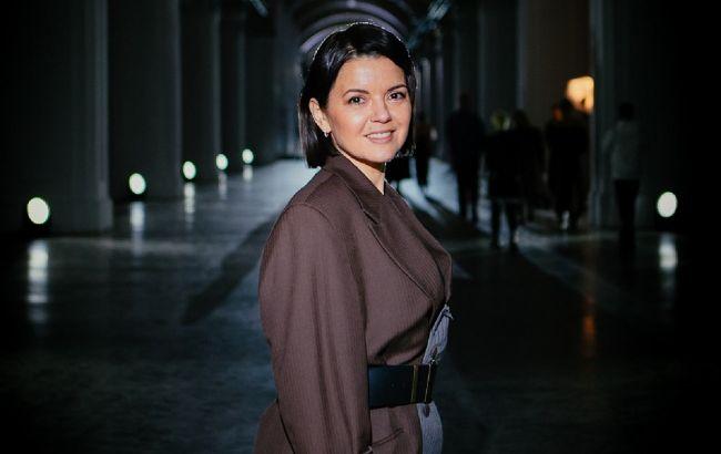 В стильном эко-платье: ведущая Маричка Падалко вышла на подиум в трендовом образе