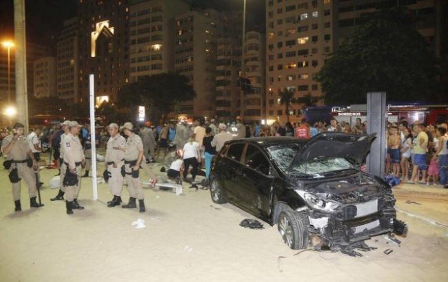 В Рио-де-Жанейро автомобиль въехал в толпу, есть пострадавшие