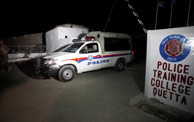 Фото: боевики напали на полицейскую академию в Пакистане