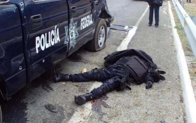 Фото: в Мексике боевики атаковали полицейский патруль