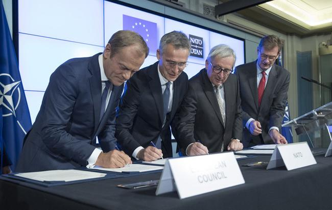 Фото: підписання декларації між ЄС і НАТО (НАТО)