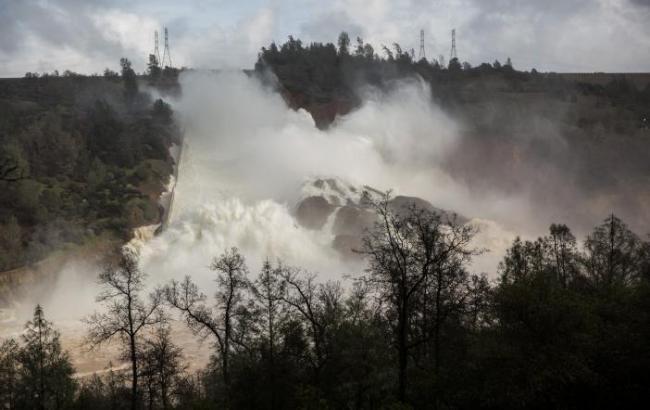 Фото: прорыв дамбы в Калифорнии