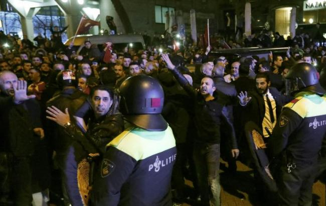 Фото: у Роттердамі поліція розігнала мітинг біля турецького посольства