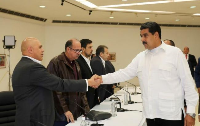 ВКаракасе начались переговоры между Мадуро иоппозицией