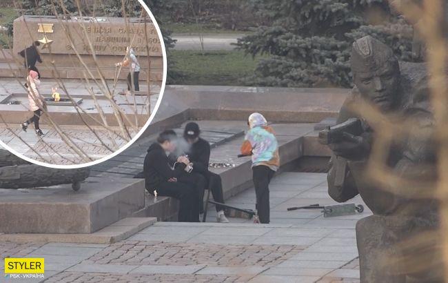 В Николаеве подростки гоняли на самокатах наплитах Вечного огня: прохожие не реагировали
