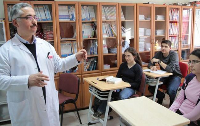 Фото: свыше 15 тыс. турецких служащих сферы образования отстранены от работы