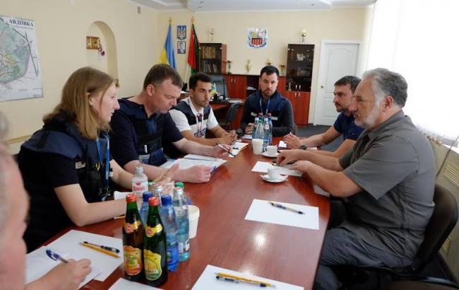Фото: Павло Жебрівський на зустрічі з представниками ОБСЄ (facebook.com/zhebrivskyi)