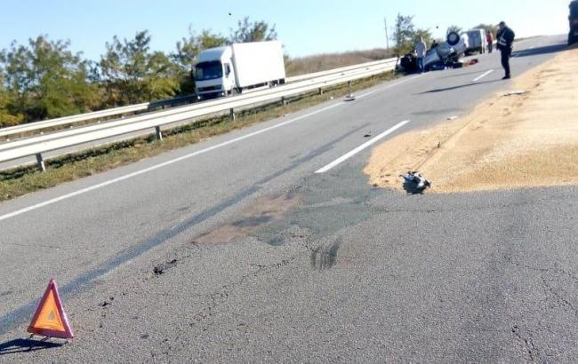 В Одесской области легковой автомобиль столкнулся с грузовиком, есть погибшие