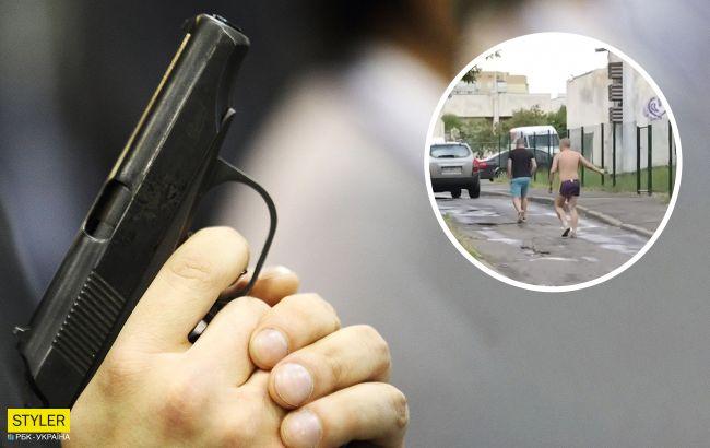 В Киеве полуголый мужчина разгуливает с пистолетом и стреляет (видео)