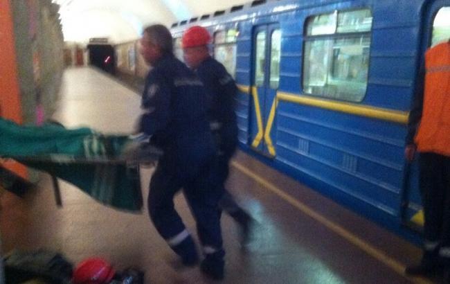 Фото: у Києві чоловік впав під поїзд метро