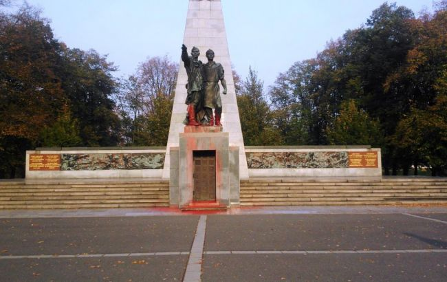 У Чехії двічі за добу облили фарбою пам'ятники радянським воїнам