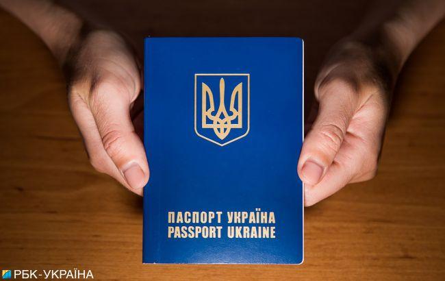 """""""Україно, пішла ти в ж * пу"""": жінка з Харкова зі своїми дітьми викинули паспорти (відео)"""