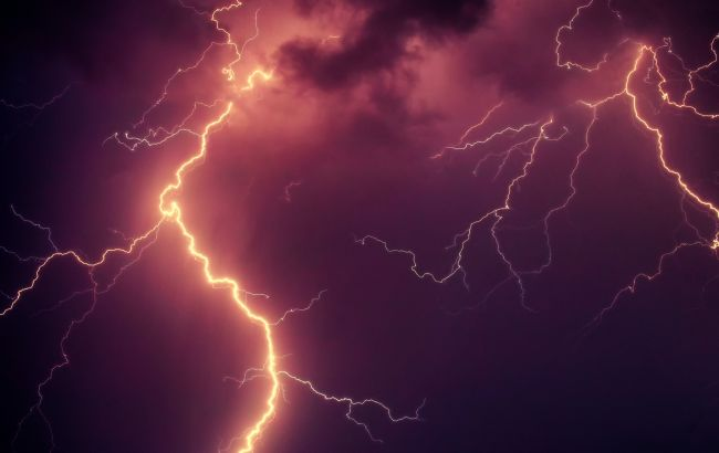 Розмовляла вдома телефоном: в Житомирській області блискавка вразила дівчинку