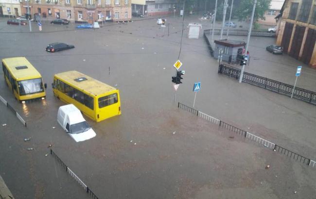 У Львові із підтоплених машин евакуювали 130 людей