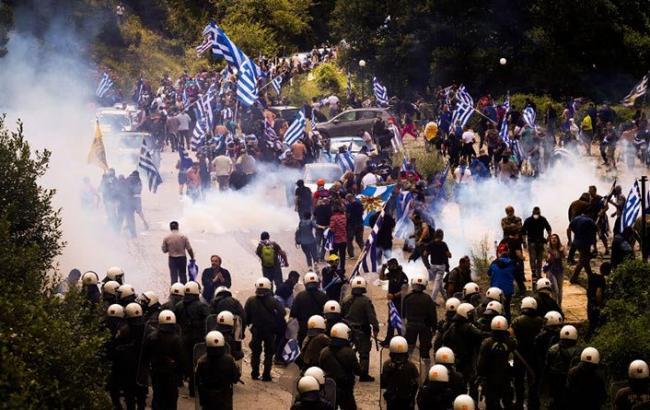 В Греции полиция разогнала протестующих с помощью газа