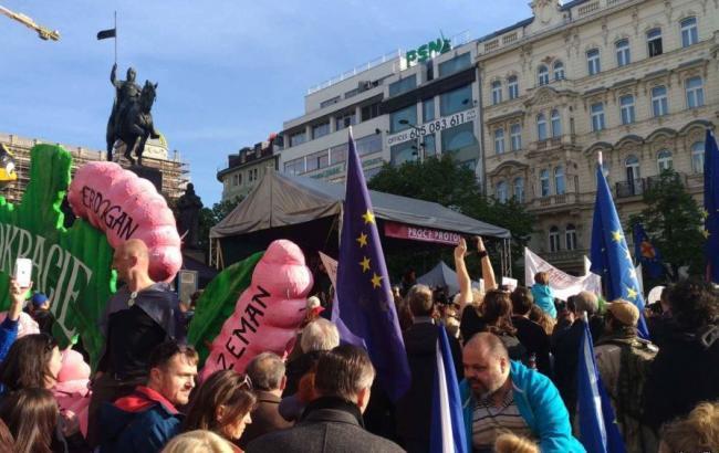У Чехії відбулися багатотисячні демонстрації за відставку президента та міністра фінансів
