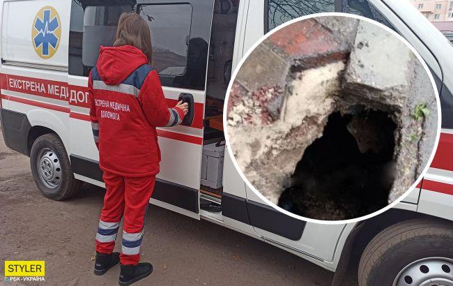 В Каменском женщина провалилась под землю на остановке: оказалась в капкане