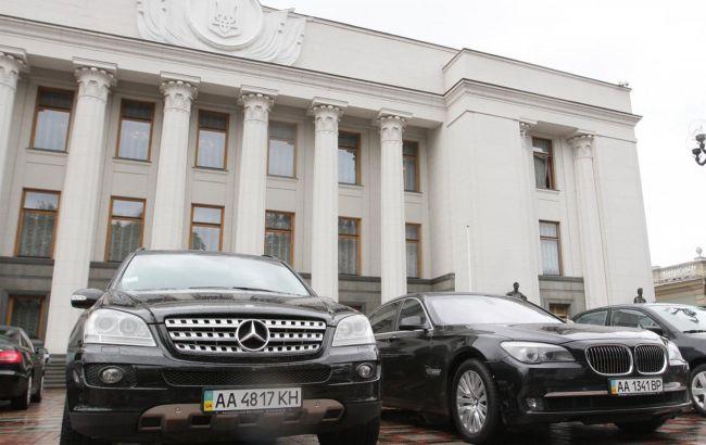 """""""Зеленський погодився"""": у """"Слузі народу"""" хочуть парковку біля Ради віддати під електромобілі"""
