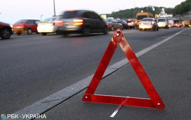 На мосту Патона у Києві зіткнулися два автомобіля