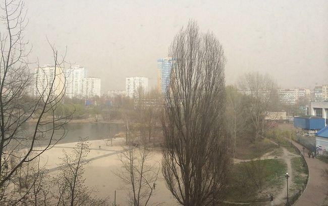Не відкривати вікна і пити більше рідини: киянам розповіли, що робити через дим в повітрі