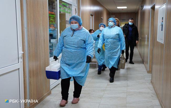 В Україні запускають центри вакцинації людей з листа очікування: перші відкриють у великих містах