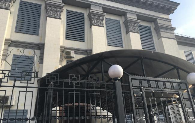 Акция в поддержку Савченко: посольство РФ в Киеве забросали яйцами