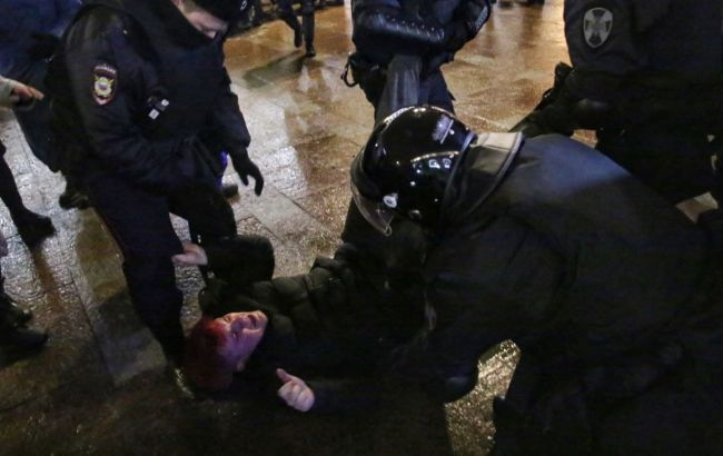 """Бьют ногами и дубинками: у """"Матросской тишины"""" жесткие задержания"""